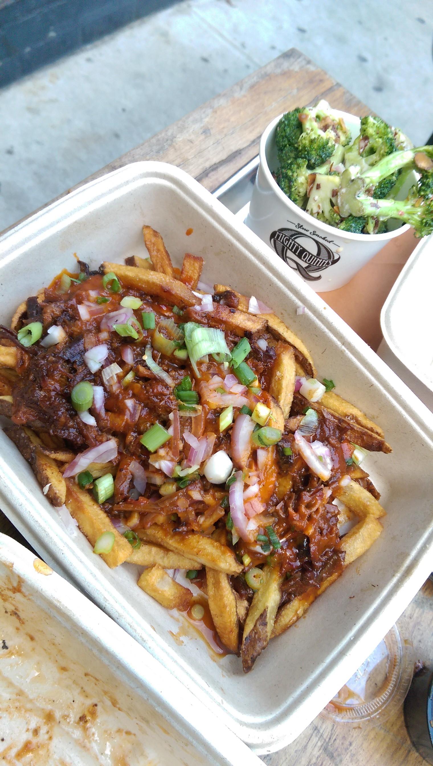 Pork Fritten mit BBQ Sauce und Gemüse - Mighty Quinns BBQ